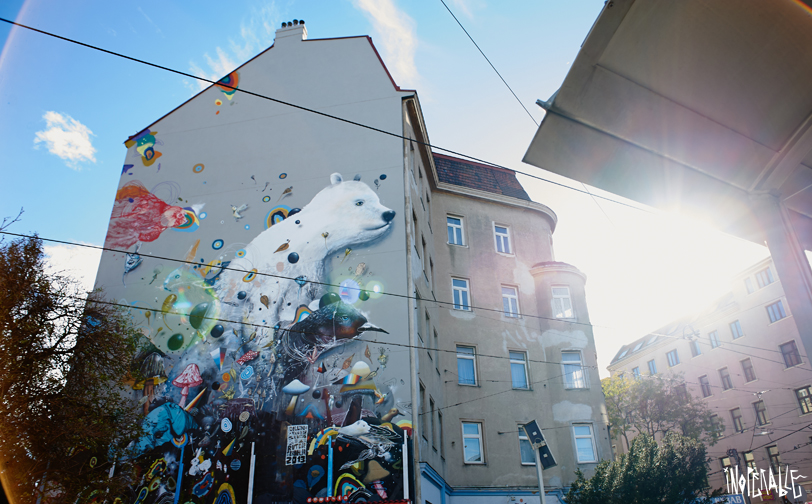 Collin van der SluijsundRutger Termohlengestalteten einen riesigen Eisbären auf der Fassade der Quellenstraße 156 © Inoperable Gallery